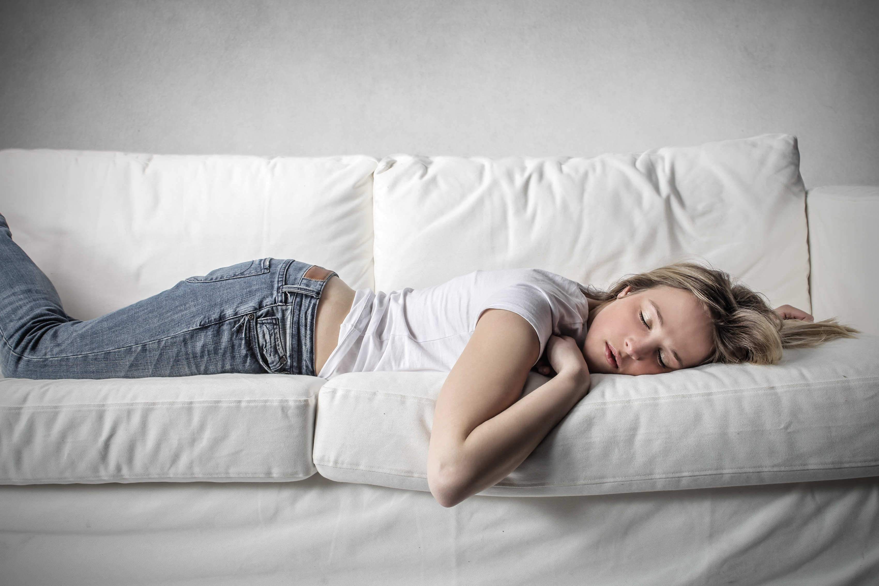 echarse la siesta